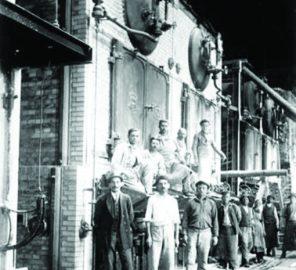 1920 - Muncitori în fața unui cazan cu aburi